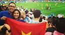 Vợ chồng Hà Tăng vẫy cờ Việt Nam trên khán đài World Cup
