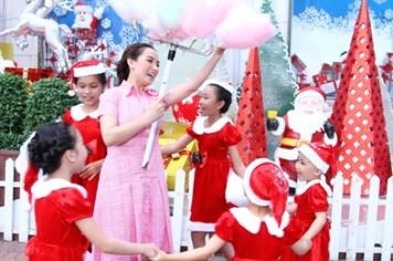 Phi Nhung xinh tươi đưa các con nuôi đi chơi Noel