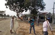 Người dân hối hả giúp công nhân xây đường vào nghĩa trang chờ đón ông Thanh