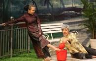 MC Trấn Thành tình nguyện rửa chân cho Việt Hương dịp 8.3