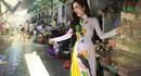 Ngắm bạn gái Ưng Hoàng Phúc khoe dáng đẹp trên phố đông
