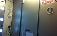 Đi nghỉ lễ, du khách bị phạt tiền vì hút thuốc trên máy bay Vietnam Airlines