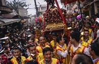 Lễ hội  ở làng  tỉ phú