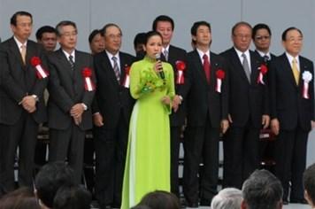 Diva Mỹ Linh hạnh phúc khi được hát Quốc ca trước Tổng thống Obama
