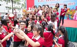 Hoa hậu Đỗ Mỹ Linh rạng rỡ trong vòng vây sinh viên Đại học Ngoại thương