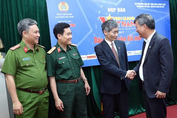 Phó Chủ tịch Tổng LĐLĐVN Trần Văn Thuật gặp mặt các cá nhân được vinh danh trong chương trình Vinh quang Việt Nam năm nay. Ảnh: Hải Nguyễn