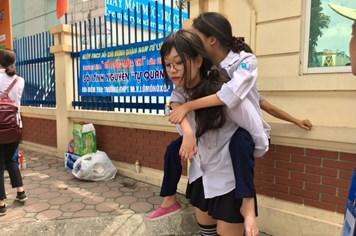 """Những câu chuyện """"rơi nước mắt"""" mùa thi THPT quốc gia 2017"""