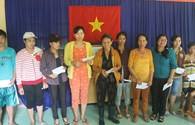 """Quỹ Tấm Lòng Vàng Lao Động đến với người dân vùng lũ tỉnh Phú Yên: """"Có tiền mua gạo, mua mì gói rồi!"""""""