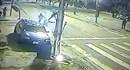 """Video: Cảnh sát """"tung chưởng"""" đạp bay tên cướp khỏi xe"""