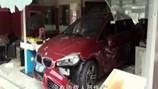 Video: Đạp nhầm chân ga ô tô đâm tan tành văn phòng làm việc