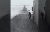 Trực thăng quân sự hạ cánh xuống đường cao tốc để... hỏi đường