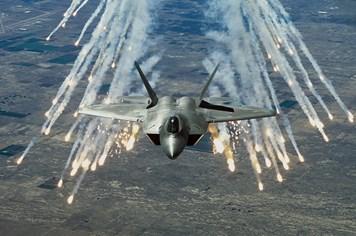 Infographic: Sức mạnh chiến đấu cơ tàng hình F-22 Raptor của Mỹ