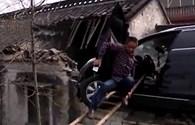 Ôtô mất lái phi lên nóc nhà dân ở Trung Quốc
