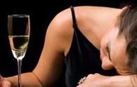 Ống hút tự phát hiện chất kích dục, thuốc mê trong cốc nước