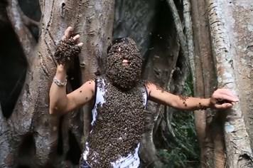 """Dị nhân để hàng nghìn con ong bâu kín mặt như """"không có chuyện gì"""""""