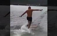 """Võ tăng Thiếu Lâm biểu diễn tuyệt kỹ """"bay"""" trên mặt nước"""