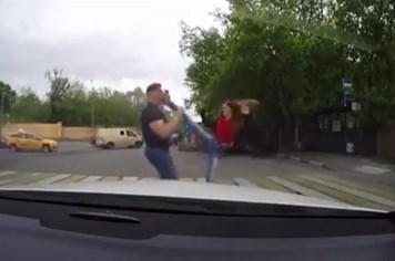 """Clip: Cô gái """"tung cước"""" hạ gục tài xế côn đồ ở Anh"""