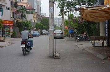 Cột điện đứng giữa đường