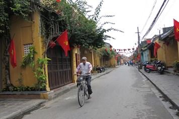 Dẹp bao nylon Cù Lao Chàm, đi xe đạp phố cổ