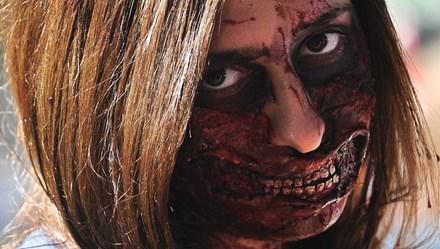 Hàng ngàn thây ma mặt be bét máu lượn lờ trên đường phố Úc gây kinh hoàng bạt vía