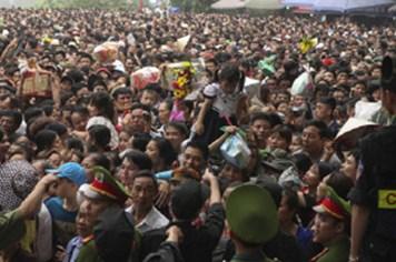 Chen lấn kinh hoàng tại Lễ hội đền Hùng - giỗ Tổ Hùng Vương: Người Việt tự làm khổ mình!