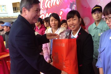 """Công nhân KCN-KCX Hà Nội có hoàn cảnh khó khăn vui """"Tết Sum vầy"""""""