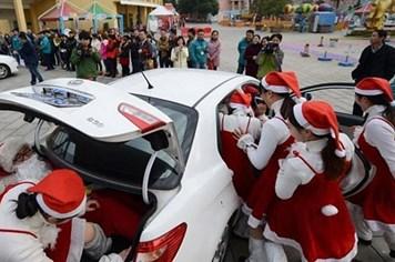 Thử thách Giáng sinh cực khó, 19 người chui vào trong xế hộp