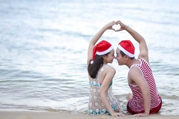 """Nguyên Khang cùng """"bạn gái tin đồn"""" đón Giáng sinh trên bờ biển"""