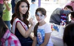 Hoa hậu Châu Á tại Mỹ Jennifer Chung chơi đùa với trẻ em ung thư