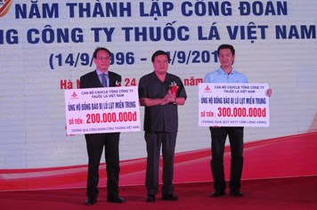 TCty Thuốc lá Việt Nam ủng hộ nhân dân miền Trung 300 triệu đồng