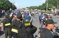 Bình Dương: Cảnh sát cơ động dàn hàng ngang, bảo vệ du khách rời Đại Nam