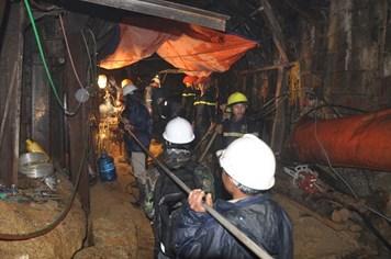 Chùm ảnh: Hối hả chạy đua giải cứu 12 công nhân kẹt sâu 70m trong hầm sập