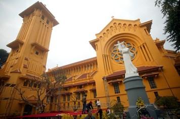 Chen chân tạo dáng tại các nhà thờ lớn ở Hà Nội trước Giáng Sinh