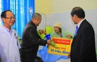 Tập đoàn Hoa Sen thăm và tặng quà cho công nhân sau tai nạn sập hầm thủy điện