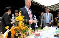 Chùm ảnh: Đại sứ Hoa Kỳ thích thú học nấu bún bò Huế
