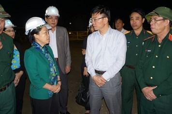 Đồng chí Nguyễn Thị Thu Hồng thăm, tặng quà công nhân vụ sập giàn giáo