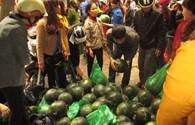 Thanh Hoá: Người dân đội mưa đi mua dưa hấu