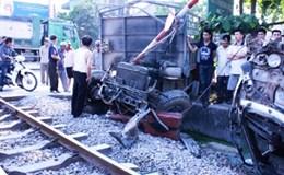 Ôtô tải mất lái đâm thẳng vào tàu hỏa Bắc Nam đang chạy