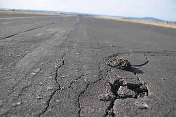 Đường băng sân bay Cát Bi rạn nứt vì nắng nóng, hơn 10 chuyến bay bị hủy bỏ