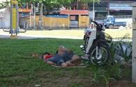 Đà Nẵng: Người dân đổ xô ra gầm cầu, công viên trốn nắng