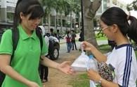 Người Sài Gòn trao hàng trăm suất cơm miễn phí tiếp sức cho thí sinh