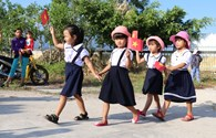 Ngày khai giảng đơn sơ và ấm cúng bên vịnh biển Vân Phong