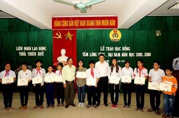 Quỹ TLV Lao Động trao 13 suất học bổng cho các em có hoàn cảnh khó khăn ở Huế