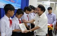 Phó Chủ tịch Tổng LĐLĐVN Mai Đức Chính trao 13 suất học bổng tới học sinh nghèo học giỏi tỉnh Khánh Hòa