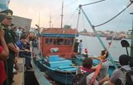 Tàu đưa thi thể ngư dân bị bắn chết ở Trường Sa về bờ sau chuyến biển kinh hoàng