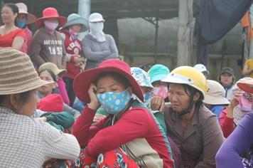Người dân tập trung về cảng Sa Kỳ khóc thương ngư dân Trương Đình Bảy