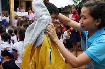 Áo ấm cho học sinh Vân Kiều nghèo ở Tà Cu, Quảng Trị