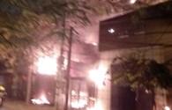 VIDEO: Bà hỏa thiêu rụi 2 căn nhà trên phố Nguyễn Khang trước Giáng Sinh