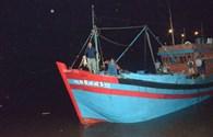 Tàu cá Quảng Ngãi bị tàu lạ đâm trên biển đang trên đường về Đà Nẵng