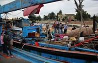 Chùm ảnh tàu cá Quảng Ngãi bị tàu lạ tấn công về đến Đà Nẵng
